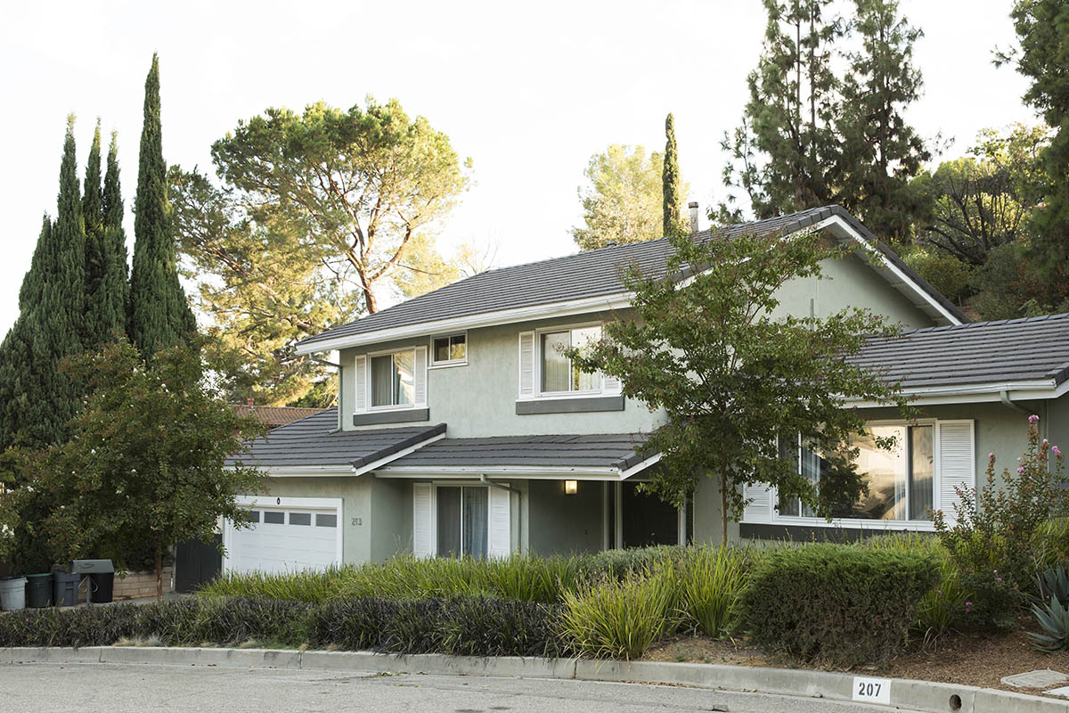 Attractive single family home with new garage door
